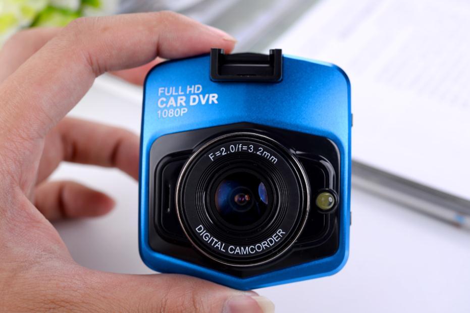 Quay hinh HD khi chay tren duong camera hanh trinh cho oto